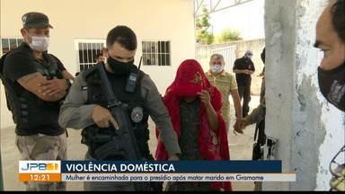 Mulher é encaminhada para presídio após matar marido em João Pessoa - Ela relata ser vítima de violência doméstica.