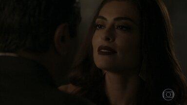 Carolina atende pedido de Hugo e o beija - O milionário toma coragem e se declara para a ex-namorada
