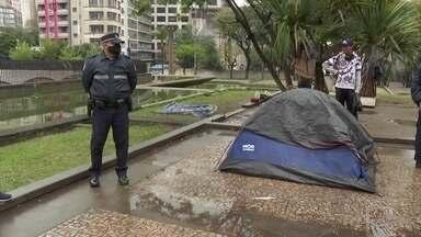 Polícia de SP investiga a morte de dois sem-teto na madrugada mais fria do ano - Uma mulher que dormia em uma barraca na Praça da Sé, no centro da cidade, foi encontrada morta. Na região da 25 de Março, um homem de 39 anos que vivia na rua também morreu.
