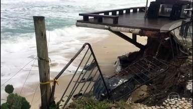 Ressaca destrói parte do calçadão na Barra da Tijuca, no Rio - Por causa do volume de chuva que caiu desde sexta (21) no Rio, 16 sirenes tocaram em dez comunidades que ficam em áreas de risco.