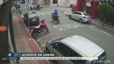 Após bater moto em carro, motociclista é lançado por cima do veículo em Limeira - Acidente aconteceu no sábado (22), no Centro da Cidade. Imagens de câmera de segurança registraram o momento da batida. Homem teve ferimentos leves.