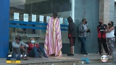 Mais um dia de fila em frente à Caixa Econômica Federal - Muita gente madrugou cedo para receber o auxílio emergencial e sacar o FGTS