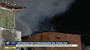 Incêndio atinge comunidade na Zona Sul de SP - Fogo começou na madrugada desta sexta (28) e destruiu ao menos 20 barracos