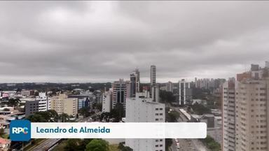 Tempo úmido e sem sol no leste do estado - A temperatura varia de 14 a 19 graus em Curitiba. A Ana Carolina mostra como fica a previsão para todo o estado