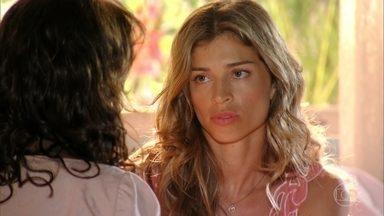 Ester conta a Lindaura que ficou noiva de Cassiano - A mãe não gosta de saber que ela ficou noiva em uma festa onde ela e Samuel não estavam presentes e desconfia da atitude. Ela agradece o presente do pai