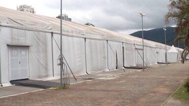 Hospital de campanha de Mogi é desmontado - Equipamentos e materiais de trabalho foram retirados do local. A estrutura está sendo desmontada depois de três meses de atendimentos.