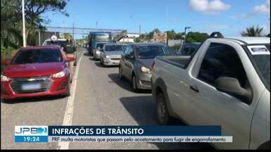 PRF multa motoristas que passam pelo acostamento para fugir de engarrafamentos - Infrações e trânsito
