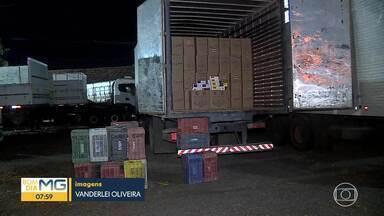 Polícia Rodoviária Federal apreende 250 mil maços de cigarro contrabandeados - A mercadoria estava em um caminhão que foi parado em uma fiscalização, na BR-040, em Ribeirão das Neves.