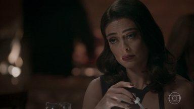Carolina coloca sonífero na bebida de Eliza - A jornalista quer acabar com o romance da modelo com Arthur e aproveita a sede de vingança de Rafael por Germano