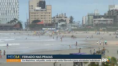 Prefeituras do litoral adotam medidas de restrição diferentes durante o feriado - Em Matinhos, areia, mar e calçadão estão liberados. Em Guaratuba, a orla está bloqueada.