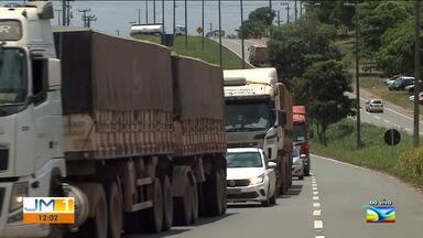 Movimento intenso nas estradas maranhenses neste fim de semana - Na BR-135, na saída de São Luís, o trânsito ficou lento nas primeiras horas da manhã deste sábado (5).