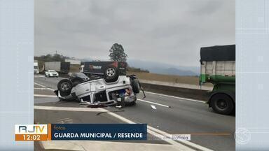 Carro capota e deixa trânsito lento na Dutra, em Itatiaia - Acidente aconteceu no sentido Rio e pista da direita foi interditada para atendimento das equipes.