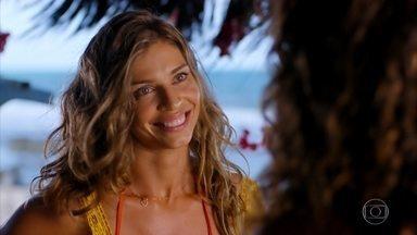 Ester se anima por achar que Cassiano volta em breve - Sem saber que o namorado está em apuros, a moça aguarda ansiosa para revê-lo