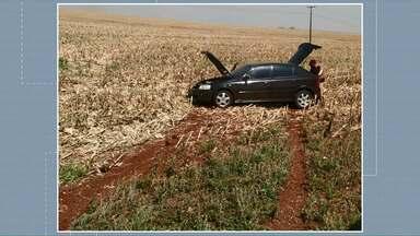 Motorista abandona carro depois de bater em outro carro - Dentro do carro tinha apenas o bando do motorista. A polícia acredita que seria usado pra carregar contrabando.
