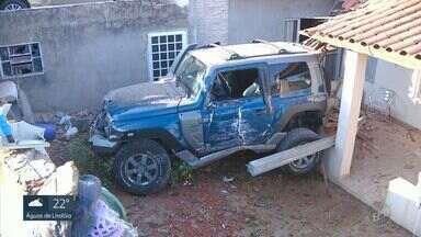 Motorista perde o controle e carro invade casa em Campinas - Acidente aconteceu no bairro Vila Carminha, neste sábado (5). Apesar do susto, ninguém se feriu.