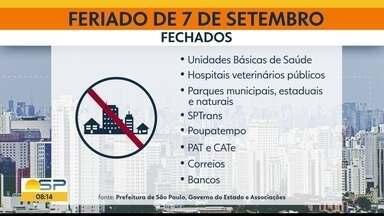 Confira o que abre e o que fecha neste feriado na capital - Mesmo fechado, Parque Ibirapuera registrou aglomeração no entorno.