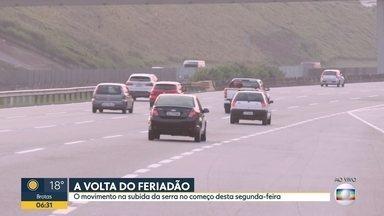 Domingo teve trânsito na Rodovia dos Imigrantes - Cerca de 180 mil veículos desceram para o litoral.