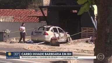 Carro invade uma barbearia, no Planalto, Região Norte de BH - O impacto da batida foi tão forte que o carro pegou fogo. O motorista, de 31 anos, perdeu o controle da direção e foi parar dentro da loja, que ficou destruída.