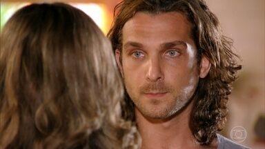 Alberto nota que Ester não está usando o anel de noivado que Cassiano lhe deu - Ester tem certeza que algo aconteceu com Cassiano. Ela liga para o noivo, mas Dom Rafael não atende o telefone do piloto