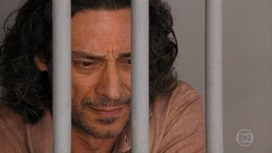 Bibiana promete arrumar um advogado para Donato - Ela tenta tranquilizar o marido