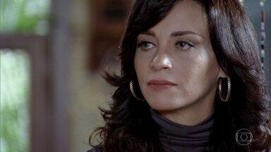 Paredes procura Joana - O delegado conta para a irmã de Marcela que interceptou ligação de Tereza Cristina para Ferdinand. Íris e Alice se se preocupam ao ver Paredes saindo da pousada