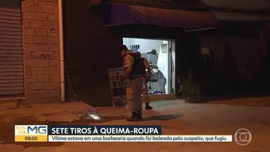 Rapaz é baleado dentro de uma barbearia em Santa Luzia - Segundo a Polícia Militar, a vítima cortava o cabelo quando foi atingida por sete tiros.