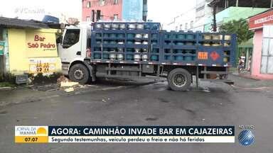 Motorista invade bar em Cajazeiras após perder o controle da direção de um caminhão - Acidente aconteceu na manhã desta quarta (9). NInguém se feriu.