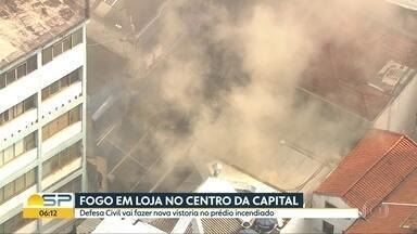 Defesa Civil fará nova vistoria no prédio incendiado no Centro de SP - Fogo atingiu imóvel na Rua Barão de Duprat na tarde desta quarta; duas pessoas ficaram feridas.