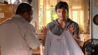 Juliano ajuda o pai a se arrumar para encontrar Doralice - Ele incentiva Quirino a levar Doralice a um lugar calmo