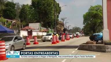Turistas chegam a Petrópolis, RJ, e encontram alguns locais fechados - A entrada de turistas está permitida mediante a apresentação de reservas em hotéis ou pousadas da cidade, que estão funcionando com cinquenta por cento da capacidade.