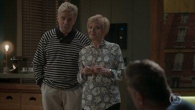Stelinha e Maurice tentam animar Arthur - O empresário sofre depois do encontro com Eliza