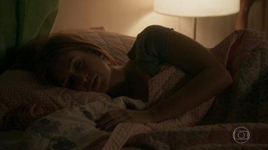 Eliza sonha com Arthur e Jonatas - A ruiva acorda assustada e é questionada por Dayse sobre seus sentimentos
