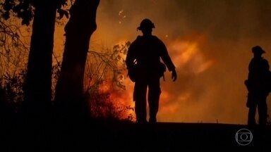 Aumenta o número de mortos nos incêndios na Costa Oeste dos Estados Unidos - Dezenas de pessoas estão desaparecidas. O fogo já queimou uma área correspondente a quase o tamanho de Sergipe. Cerca de 4 mil imóveis foram destruídos nas últimas 3 semanas.