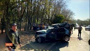 Grave acidente provoca a morte de três pessoas em GO - os carros bateram de frente. A suspeita da polícia é que um dos motoristas tenha feito uma ultrapassagem em local proibido.