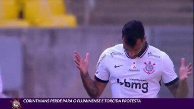 Corinthians perde para o Fluminense e torcida protesta no desembarque - Corinthians perde para o Fluminense e torcida protesta no desembarque