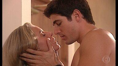 Helena e Edu se beijam - Camila liga para a mãe