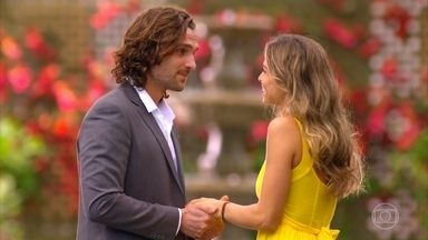 Ester conta para Alberto que está grávida - Ele finge se emocionar