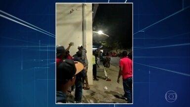 Policiais são agredidos com garrafas e pedras ao tentar dispersar aglomerações em Minas - Casos aconteceram em Betim e Itabira. Nos dois casos, não houve feridos e ninguém foi preso. Imagens revelam que quase ninguém usava máscara.