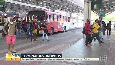 Passageiros reclamam de aglomeração na Estação Justinópolis, em Ribeirão das Neves - Há registro de filas sem distanciamento adequado e ônibus lotados.