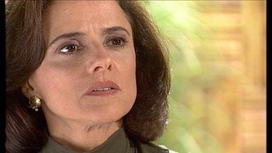 Alma vai a clínica e pede que Helena se afaste do sobrinho - Helena garante que não tem nada com o médico. Ele aparece de surpresa na clínica