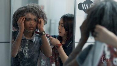 Ellen acredita ter sido vítima de racismo - Tina e Lica apoiam a amiga e a convencem a ir para a casa de Keyla. Dóris apoia Bóris e garante que vai defender Ellen de Malu. Clara conta a Malu sobre o trote sofrido por Ellen