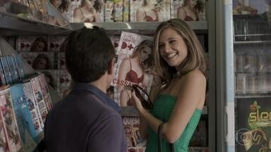 Cassandra fica radiante ao se ver na capa da revista - A modelo compra todas as revistas disponíveis nas bancas do bairro