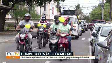 Servidores aposentados fazem carreata em Campos, no RJ - Protesto aconteceu nas principais ruas do Centro nesta quarta-feira (16). Eles cobram o restante do pagamento do mês, já que receberam somente metade.