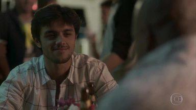Florisval garante a Jonatas que só tem olhos para Rosângela - Jonatas observa o comportamento do padrasto no samba e diz que vai deixá-lo sozinho