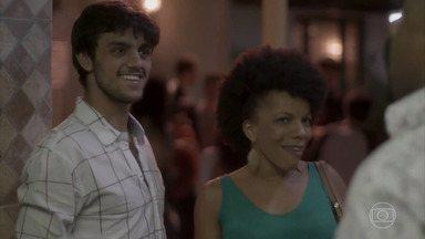 Jonatas avisa que Florisval passou no teste de fidelidade - Florisval consegue resistir à tentação e afasta Vanessa dizendo que é gay. Jonatas promete que vai ajudar o padrasto a reconquistar Rosângela.