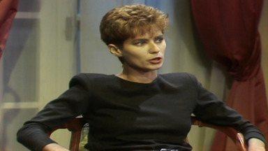 Capítulo de 29/04/1987 - Ana Cláudia não encontra Silvana, mas fica sabendo que uma mulher foi até a casa de João Antônio. Montenegro diz a Rafaela que tem apenas dois meses para sair da casa.