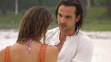 Alberto diz que pode ser o melhor pai do mundo para Samuca - Ester observa os dois brincando juntos