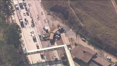 Carreta bate em outros 5 veículos e pega fogo na BR-381, em Minas Gerais - Segundo os bombeiros, pelo menos uma pessoa morreu e outras 9 ficaram feridas.