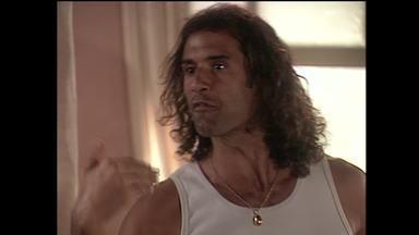 Capítulo de 01/08/2003 - Enrico manda Esteban fugir e ele vai para a casa de Marisol. Enrico festeja gravidez de Lola. Marisol e Lola discutem e o Dark Esteban reaparece. Pilar visita o pai na cadeia.