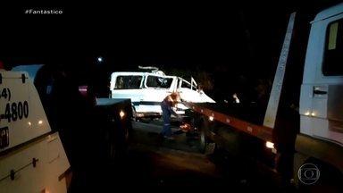 Batida frontal entre caminhão e van deixa 12 mortos e 1 ferido na BR-365 - Uma van com 12 pessoas bateu de frente com um caminhão na BR-365, em Patos de Minas. Uma árvore caída na estrada por causa das queimadas na região pode ter provocado o desastre.